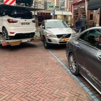Oplegger trekt geparkeerde auto's open in Oude Dorp